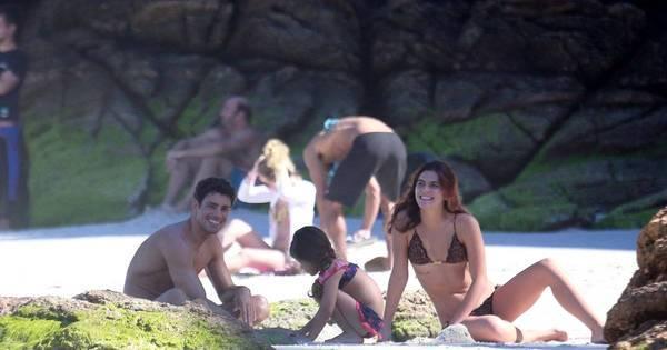 Cauã Reymond curte dia de praia com a filha e a namorada - Fotos ...
