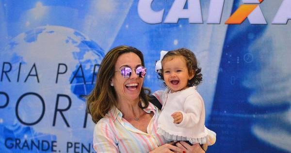 Filha de Flávia Monteiro rouba a cena ao embarcar com a mãe em ...