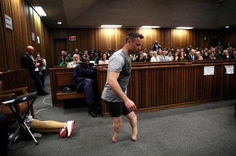 Pistorius é condenado a 6 anos de prisão por assassinato de namorada