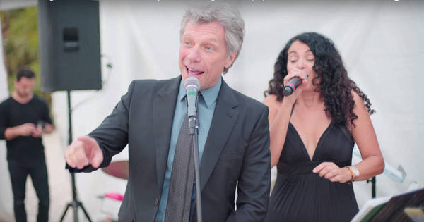 Jon Bon Jovi é surpreendido em festa de casamento e é obrigado a ...