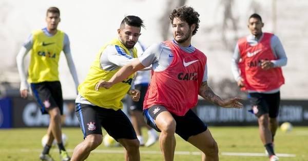 Pato treina com bola no Corinthians, mas ainda não tem previsão de...