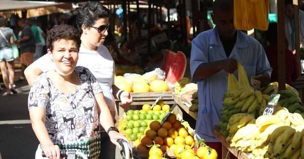 Com ajuda de andador, Claudia Rodrigues passeia em feira livre do ...