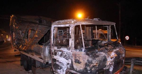 Bandidos ateiam fogo em veículos durante fuga na Grande São Paulo