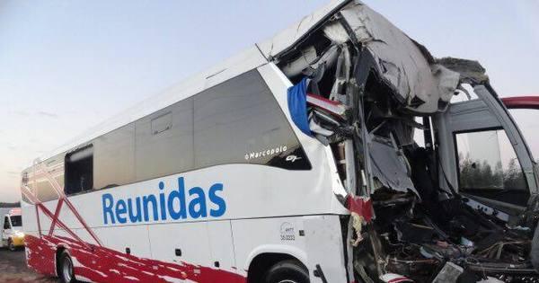 Acidente entre ônibus e caminhão de cana deixa um morto no ...