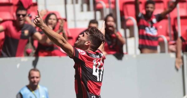 Com dois gols de Vizeu, Flamengo vence o Atlético-MG e entra no G4