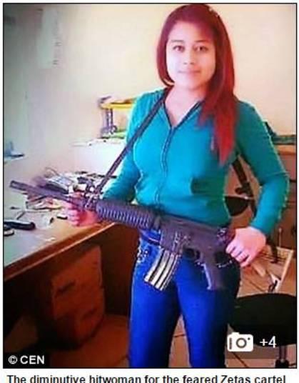 """Uma assassina mexicana, que trabalha para o quartel Zetas, um dos mais notórios do país, confessou ter tido relações sexuais com os corpos decapitados de suas vítimas e disse que chegou a beber o sangue delas.  Também conhecida como """"a pequena"""", ficou grávida aos 15 anos, de um homem 20 anos mais velho que ela. Para sustentar a si mesma e ao filho, ela trabalhou como prostituta por um tempo, até entrar perigoso mundo do cartel.  — Desde garotinha, eu era uma rebelde. Depois, me tornei viciada em drogas e alcoólatra"""
