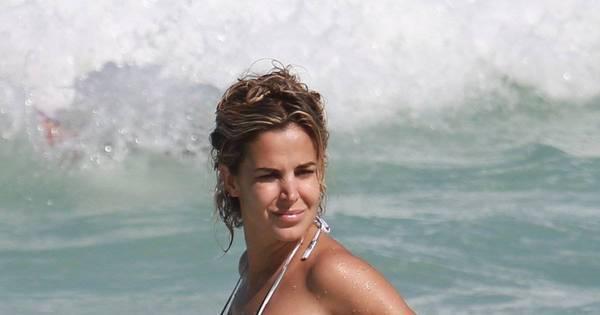 Robertha Portella mostra corpão em dia de praia no Rio de Janeiro ...