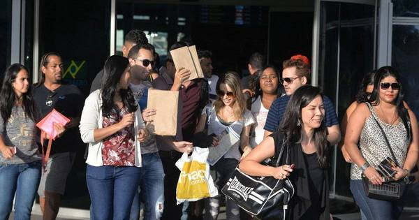 Sandy é cercada por fãs em aeroporto carioca - Fotos - R7 Famosos ...