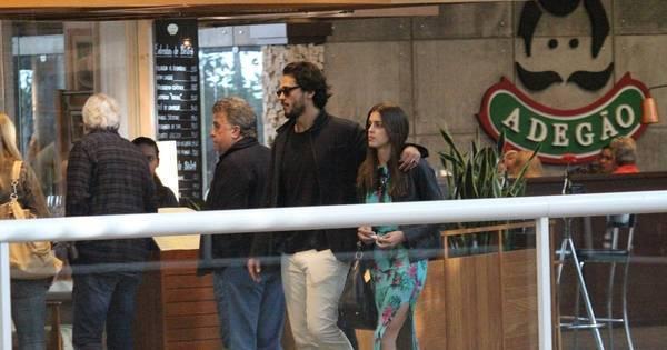 Raphael Vianna curte shopping com a ex-BBB Angela Muniz no Rio ...