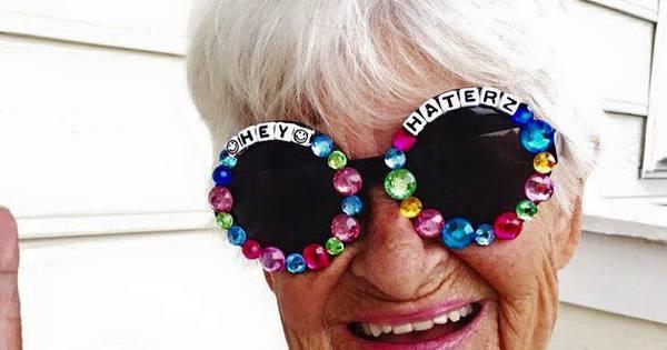 """Vovó loucona de 88 anos bomba na web e anuncia: """"Roubando seu ..."""