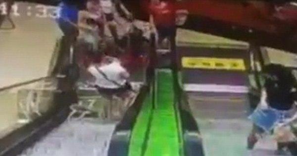 Mãe deixa carrinho virar e bebê cai de escada rolante; assista ao ...