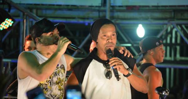 """Ronaldinho Gaúcho joga """"bolo"""" de dinheiro para cadeirante durante ..."""