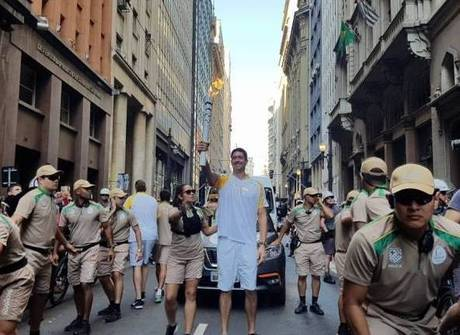 Gustavo Borges carrega tocha em SP. Tour movimenta a cidade