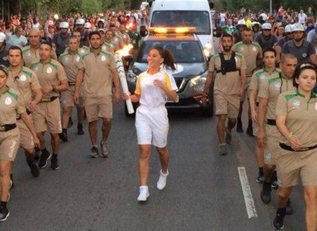 Apresentadora da Record, Sabrina Sato carrega tocha olímpica em SP