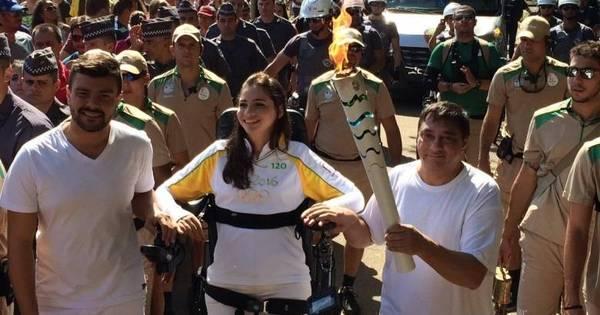 Em pé, Lais Souza emociona no revezamento da tocha olímpica em ...