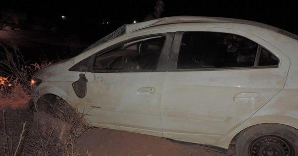 Bandidos assaltam lanchonete e após perseguição capotam carro ...