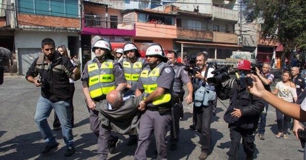 Para impedir reintegração, Suplicy deita no asfalto e é detido pela PM
