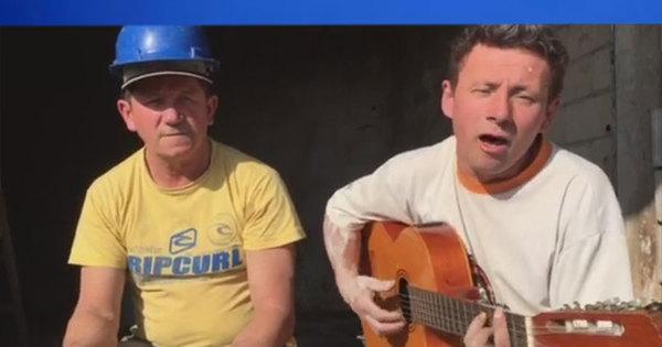 Pedreiro impressiona ao mostrar voz semelhante à do cantor ...