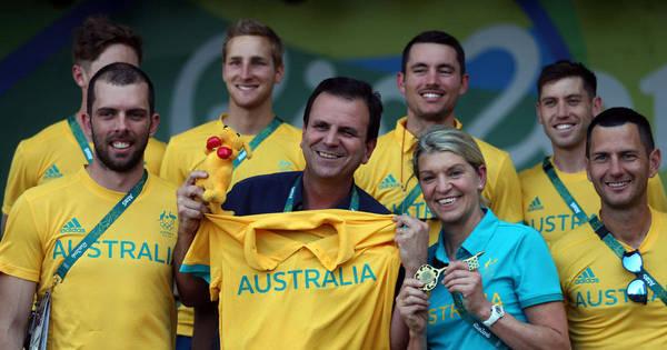 Após polêmica na Vila Olímpica, Eduardo Paes entrega chave da ...