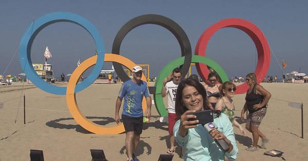 Adriana Araújo se rende e faz selfie nos anéis olímpicos durante ...