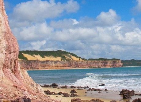 Praia da Pipa ficou famosa graças aos surfistas. Conheça o destino