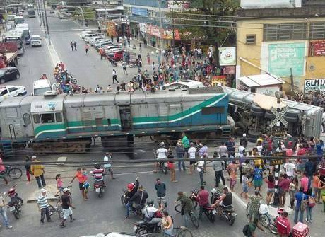 Caminhão e trem se chocam e ao menos duas pessoas ficam feridas