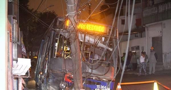 Mulher morre atropelada por ônibus na calçada em Embu das Artes ...