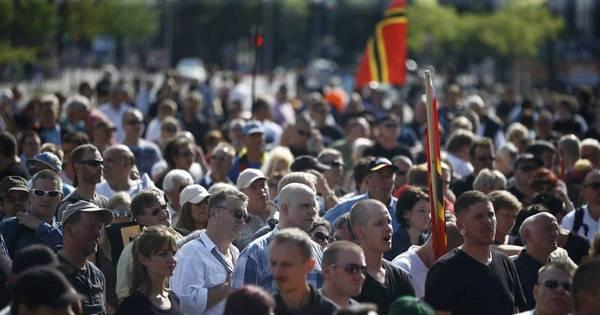 Milhares de alemães vão às ruas pedir saída de Angela Merkel ...