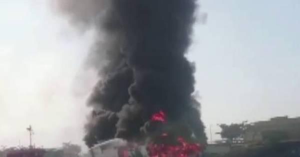 Incêndio de grandes proporções atinge balsa de passageiros em ...