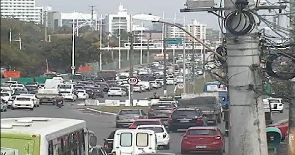 Semáforos quebrados e pontos de alagamentos deixam o trânsito ...