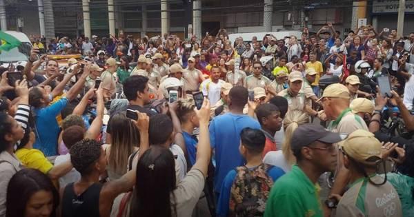 Protesto interrompe passagem da tocha em Duque de Caxias ...