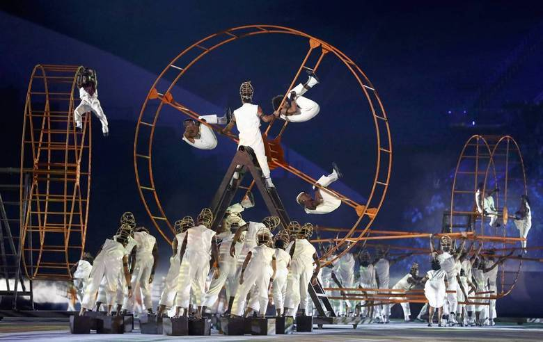 Dançarinos tomam conta do Maracanã com um show de alta performance