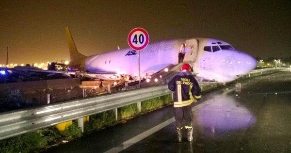Avião perde controle e invade pista de rodovia na Itália - Notícias ...