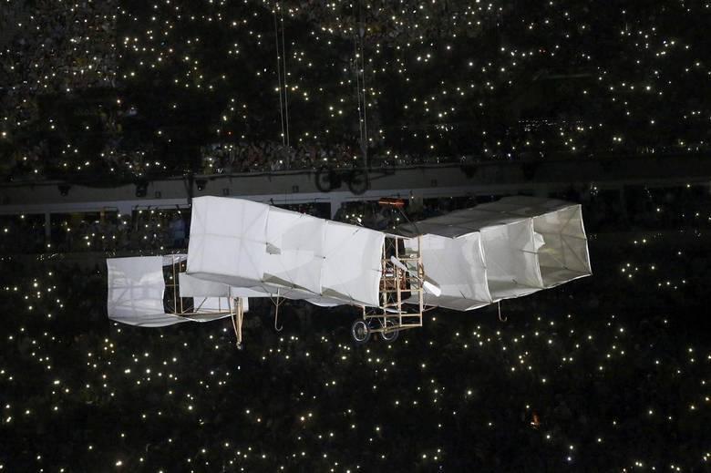 O avião '14 Bis' de Santos Dumont também foi destacado na Abertura dos Jogos