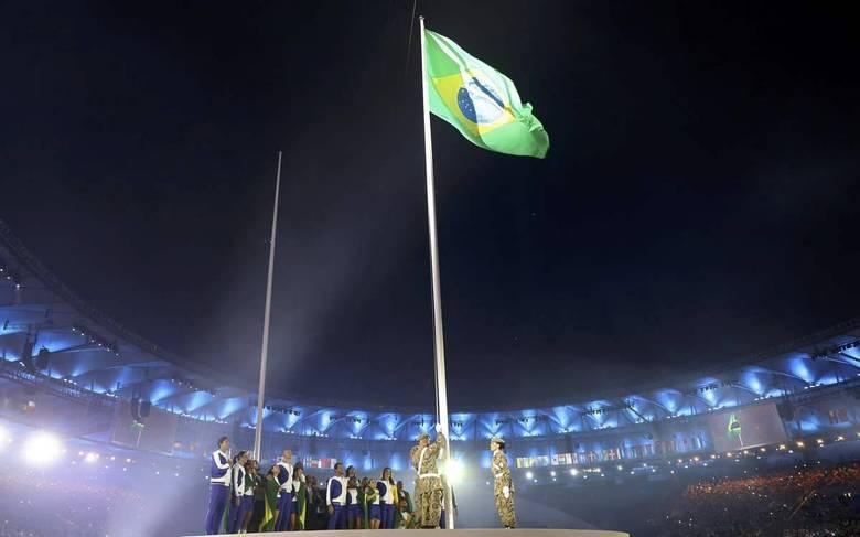 A bandeira brasileira é hasteada na hora do Hino Nacional