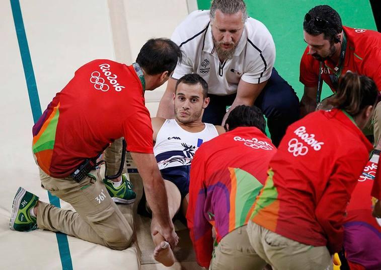 Ele foi prontamente atendido e deixou a Arena Olímpica imobilizado