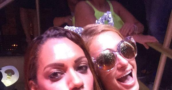 Ana Paula Evangelista toma banho de espuma com Paris Hilton ...