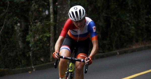 Atleta holandesa cai de cabeça durante prova de ciclismo de estrada