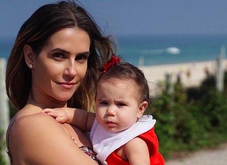 Curta os momentos mais fofos da maternidade de Deborah Secco