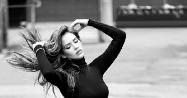 Jéssica Alba lança calças jeans que valorizam as curvas ...