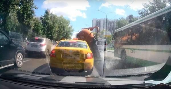 Caminhão de esgoto explode na Rússia e faz 'chover' fezes na rua ...
