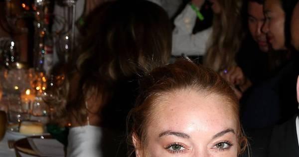 Ops! Lindsay Lohan fica com o seio de fora em festa - Fotos - R7 ...
