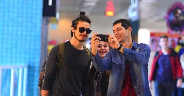 Tiago Iorc é tietado por fãs em aeroporto no Rio - Fotos - R7 Pop