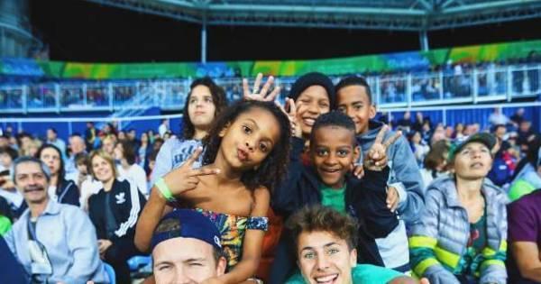 Estrelas do Vine e Snapchat levam crianças da favela para curtir ...