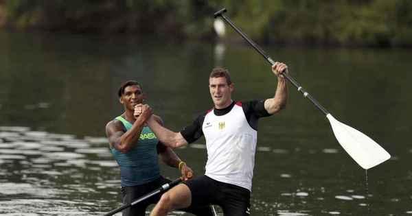Brasileiro Isaquias Queiroz ganha a medalha de prata na canoagem