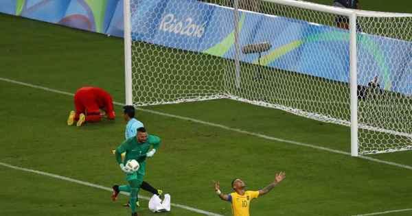 """Weverton leva bola do jogo e avisa: """"Não empresto nem para o ..."""