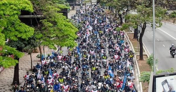 Motociclistas fecham Paulista durante ato por retorno das motofaixas