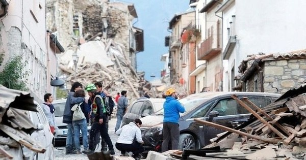 Criança morre após ficar 4h presa em escombros de terremoto na ...