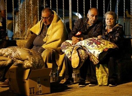 Após terremoto, milhares de italianos passam a noite na rua