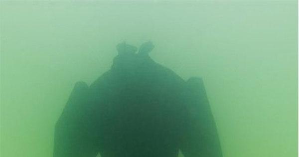 Vestido submerso no Mar Morto se transforma em obra-prima de sal ...